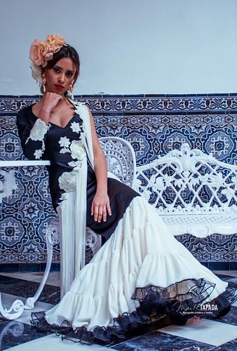 Traje de flamenca negro y blanco con flecos