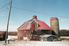 Red round barn (xophe_g) Tags: barn red round easterntownships quebec canada nikonfe natura1600 nikon24mm28ai winter snow