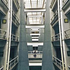 middle point - #InspiraciónBdF5 (maotaola) Tags: flickrfriday blogdelfotógrafo arquitectura edificio squareformat hdr perspective humaningeometry cdmx inspiraciónbdf5 geometriegeometry
