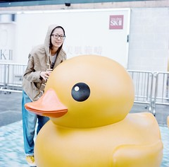 a bit shy to meet the duckie (Gregory Wu) Tags: film ic kodak w ikoflex hong kong rubberduck f35 75mm tessar