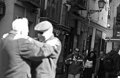 Amigos/Friends (Joe Lomas) Tags: madrid street leica urban blackandwhite bw españa byn blancoynegro real calle spain candid bn m8 reality streetphoto urbano urbanphoto ancianos realidad callejero robado robados castizo realphoto fotourbana fotoenlacalle fotoreal photostakenwithaleica leicaphoto