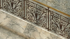 A14706 / staircase (janeland) Tags: stanford california 94305 santaclaracounty cantorartscenter lobby staircase marble bronze detail august 2016 noncoloursincolour sooc