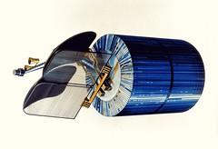 Anglų lietuvių žodynas. Žodis comsat reiškia n (communications satellite sutr.) ryšių palydovas lietuviškai.