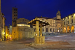 Cuore medievale / Medieval heart (Arezzo, Tuscany, Italy) (AndreaPucci) Tags: arezzo tuscany toscana italy italia medieval piazzagrande well giostradelsaracino church palace square