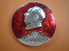 The red sun in the hearts of the people of the world  世界人民心中的红太阳 (Spring Land (大地春)) Tags: badge china mao zedong 中国 亚洲 人 徽章 文化大革命 毛主席 毛泽东 毛泽东像章 社会主义