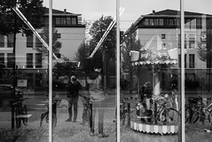 Woche 38 Outtake 5 (Mirko Röhlich) Tags: streetfotografie streetphotography streetphotographybw streetphotographybnw street streets streetphotographer streetphotographers streetphoto streetphotobw monochrom blackandwhite bw people urban candid bnw monochrome