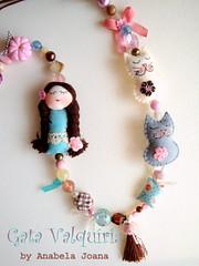 A Menina, a gata e o gato. (Gata Valquria) Tags: cat cores necklace doll bonecas flor feltro boneca collar colar colares necklaces feltros fuxicos gatavalquiria abbrinhas