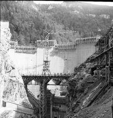 barrage du chatelot 1952-1953 (12) (jeanclaude.uzzeni) Tags: barrage barrageduchâtelot constructionbarrage doubs lac coursdudoubs frontièreentrelafranceetlasuisse massifdujura lacdemoron moron hydroélectricité barragevoûte barboux planchettes brenets rolleiflex