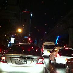 คืนฝนตก ฝนกรดป่ะเนี่ย #rain #traffic
