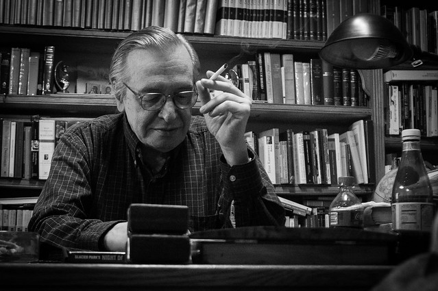 Olavo em sua mesa - Foto: Mauro Ventura