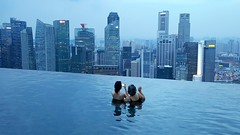Swimming in Singapore (Infinity pool at the Marina Bay Sands hotel) (Frans.Sellies) Tags: 20160809070138 singapore pool swimmingpool infinitypool marinebaysands