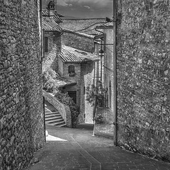 The backstreets of Assisi (Sorin Popovich) Tags: assisi umbria perugia backstreet street alley stonebuilding italy stone europe medievalarchitecture