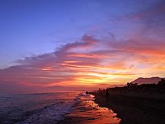Puesta de sol (Antonio Chacon) Tags: andalucia atardecer marbella málaga mar mediterráneo costadelsol cielo nubes nature naturaleza orilla agua españa spain sunset paisaje playa reflejo