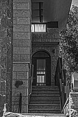(Cindy en Israel) Tags: fachada textura puerta ventana blackandwhite blancoynegro שחורולבן escalera escalones sinagoga nahariya israel ciudad