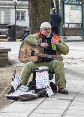 a busker in Tallinn (theydontknow) Tags: busker tallinn estonia tallin canon 5d mark iv full frame street entertainer toompea gps geotagged