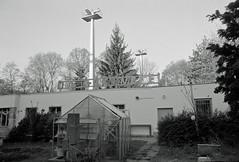 Lichtmasten Berlin Tempelhof Einflugschneise 24.4.2017 (rieblinga) Tags: berlin flughafen tempelhof einflugschneise neukölln lichtmasten beleuchtung 2442017 analog sw agfa apx 100 leica r8