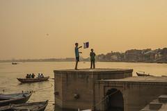 Una cometa en los Ghats (Nebelkuss) Tags: asia india uttarpradesh varanasi benarés niños children cometa kite rio river ganges fujixpro1 fujinonxf35f14