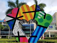 Hearted Window (Helenɑ) Tags: romerobritto artwork sculpture glove joedimaggiochildren'shospital hollywood florida us