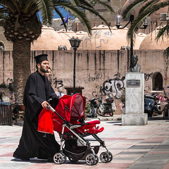 En famille (Lucille-bs) Tags: famille pope rouge europe place tag creta greece hania orthodoxe grce palmier lampadaire vie buste xania poussette chania kriti crte khania lacane