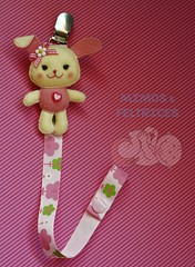 Coelhinha porta-chucha (Mimos & Feltrices) Tags: rosa felt beb feltro menina corrente chupeta coelha chucha coelhinha