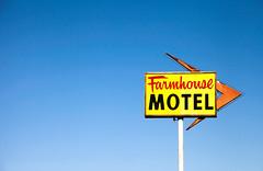 Farmhouse Motel (TooMuchFire) Tags: sign motel arrow minimalism minimalist buellton motels motelsign arrowsigns arrowsign oldsigns vintagesigns vintagesignage oldmotels motelsigns oldmotelsigns farmhousemotel 590avenueoftheflagsbuelltonca