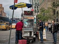 Rues de New York (Lucille-bs) Tags: amérique etatsunis etatdenewyork newyork city rue taxi vendeurambulant passant troittoir parasol