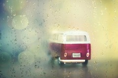 ab in den Süden bei dem Regen ........ goodbye (heike_hechelmann) Tags: vw volkswagen bulli vintage cyclop 1585 soft light smooth rain summer holliday ferien spas sonya7ii goodbye oldtimer bokeh sommer regen