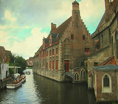 Los canales de Brujas... (Nana ;-))) Tags: brujas brugues belgium belquica europa canal barcas iglesia church watercanal