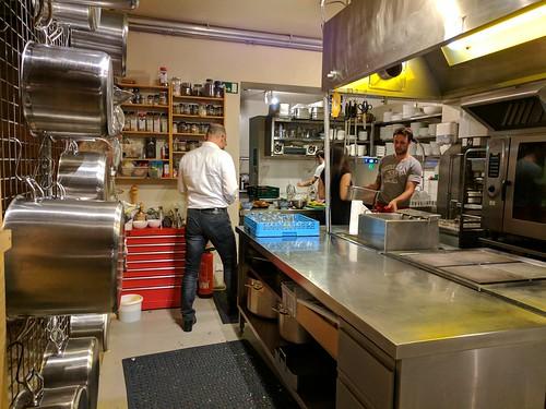 Bernd verschwindet in der Küche