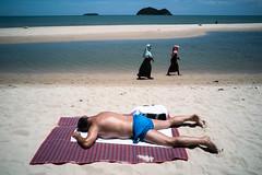 * (Sakulchai Sikitikul) Tags: street snap streetphotography songkhla sony samilabeach beach seascape sea muslim islamic thailand เกาะหนูเกาะแมว sunbathing sunbathe sand 28mm voigtlander a7s
