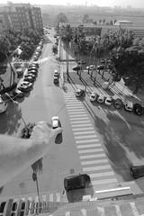 Jouer aux voitures (dim.garcia) Tags: jeu voiture ville streetart street bw blanc noir noiretblanc noirblanc art exterieur rue lumière place espagne valencia toit