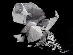 Vidrio roto (nidiaalvarez16) Tags: plato 100 fondo negro eisv escuela imagen y sonido de vigo galicia pontevedra españa vidrio cristal roto luces luz iluminacion focos filtros