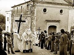 La processione del Venerdì Santo (gianclaudio.curia) Tags: bianconero blackwhite bisignano calabria pellicola rito processione anni60 neroametà