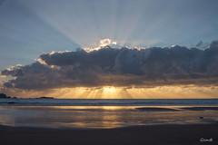 Presumiendo antes de esconderse (lesxanes) Tags: sunset atardecer seascape playa beach cielo sky nubes clouds verdicio tenrero asturias asturies gozón luz light summer verano