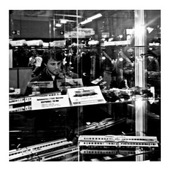 trainspotting (japanese forms) Tags: ©japaneseforms2017 ボケ ボケ味 モノクロ 日本フォーム 黒と白 bw blackwhite blackandwhite blancoynegro bokeh candid dannyboyle irvinewelsh monochrome pun random schwarzweis square squareformat strasenfotografie straatfotografie streetphotography trainspotting vlaanderen woordspeling wortspiel zwartwit