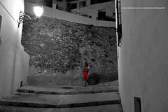 La Mujer de Rojo. The Woman in Red. (Cons ) Tags: street red bw woman marina calle mujer rojo bn altea cons baja canoneos7d constanricamente photocons