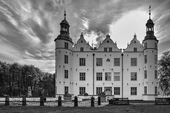 Schloss Ahrensburg (Klaus Stueckmann) Tags: himmel schloss schleswigholstein ahrensburg weis schwarzweis schlossahrensburg