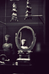 Louvre ( Pompas de Jabn ) Tags: travel paris france travelling museum mirror europa europe expo head louvre escultura cabeza museo estatua francia vision:text=0607 vision:outdoor=0756
