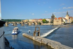 Prague : View from Kampa museum (Pantchoa) Tags: panorama water river boat nikon prague praha praga panoramica czechrepublic nikkor vltava karlvmost moldau d90 kampamuseum staromstskmosteckv 1685f3556gedvr vision:mountain=0683 vision:outdoor=099 vision:clouds=0746 vision:sky=0915