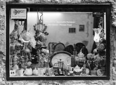 Perchè è vietato? (sirio174 (anche su Lomography)) Tags: divieto abuso vetrina como centrostorico oldtown divietodifotografare italia italy