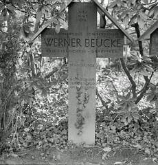 12.3.2017 Werner Beuke 17.1.1903 - 4.1940 (rieblinga) Tags: berlin friedhof grab werner beuke 19031940 kriegsberichterstatter sw analog agfa apx 100