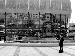 Zu Gast in Leipzig (ingrid eulenfan) Tags: leipzig augustusplatz mendebrunnen gewandhaus person touristen fotograf fotografieren schwarzweis schwarzweiss blackandwhite monochrome