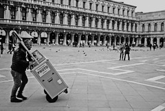 professional photo service (ruggeroranzani) Tags: people man monochrome analog work uomo venezia leicam6 blackwhitefilm blackwhitephotos 100tmax colorskopar35f25 bwtneg