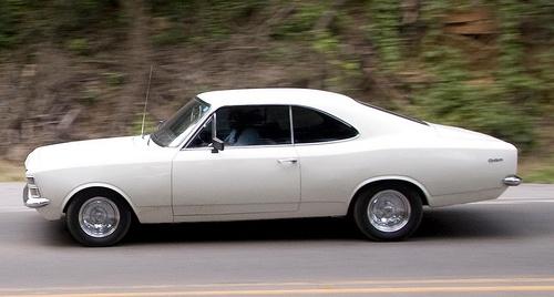 Opala antigo branco em alta velocidade