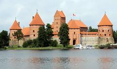 LITUNIA - TRAKAI - Castelo do sculo XIV (Ldia Ramalho) Tags: rio gua mar europa frias paisagem castelo viagem viagens trakai litunia ldiaramalho castelososculoxiv