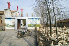 Eenden + kerk (Frans Schellekens) Tags: china church countryside cross religion churches ducks motor kerk gebouw eenden anhui kruis platteland fok religie kerken fokkerij