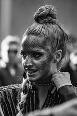 ... V ... (Lanpernas .) Tags: carnaval candid desfile robado parade 2017 babe girl retrato street sonrisa pretty cute chica disfraz monocromático reptiliana