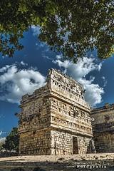 Chichen Itza 2953 ch (Emilio Segura López) Tags: chichenitza capilla arqueología maya yucatán pirámide árbol méxico piedra