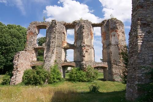 Ruiny skrzydła wschodniego zamku w Bodzentynie od zachodu