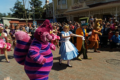 _DSC9498_DxO11 (AoiKitsune) Tags: disneylandparis grandcelebrationcavalcade 25thanniversary 25th 25ans lacavalcadedelagrandecelebration grand celebration grande disney characters personnage costume alice wonderland chapelier fou mad hatter chat cat cheshire lievre mars march hare